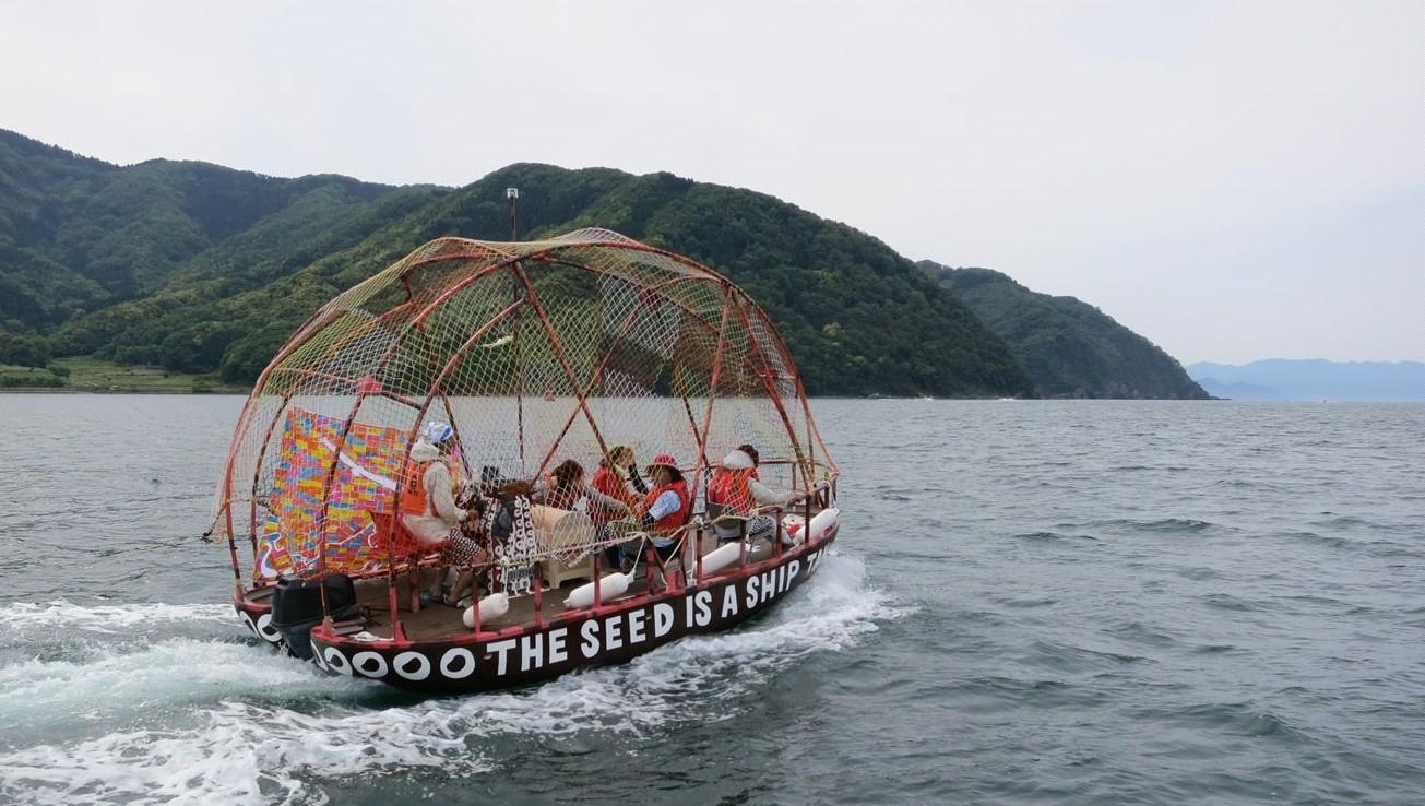 舞鶴港を出て日本海に向かう「TANeFUNe」の写真